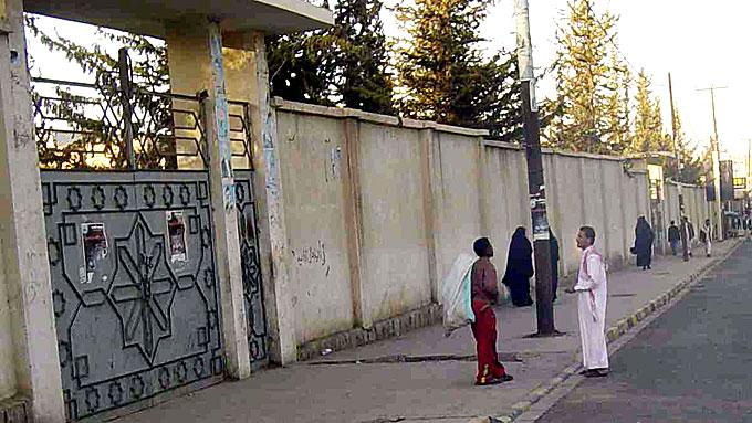 Bak disse murene bor Farouk Abdulhaks far, Shaher Abdulhak. Han er en av Jemens rikeste menn, og en venn av presidenten i landet. Farouk skjuler seg trolig her. (Foto: AP/Scanpix)