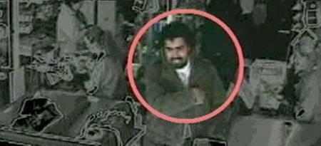 Italiensk politi etterlyser en mann som; «har et utseende som tilsynelatende likt Saddam Hussein, av indisk eller nordafrikansk opprinnelse.»