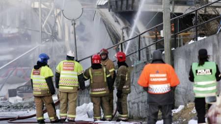 Det brenner fortsatt i ruinene i Ålesund torsdag morgen. (Foto: SCANPIX)