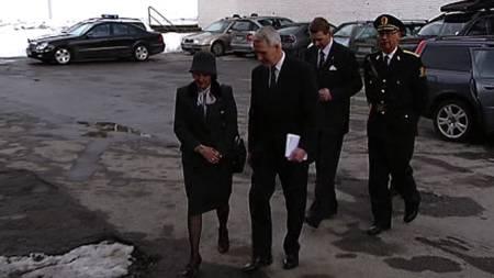 Dronningen deltar i sørgegudstjeneste i Ålesund. (Foto: TV 2)