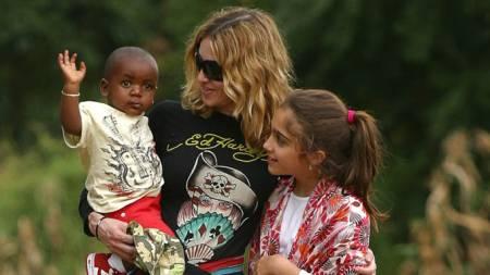 Madonna sammen med adoptivsønnen David og datteren Loudres under   et besøk i Malawi i fjor. (Foto: AFP/SCANPIX, ©aj/ej/cca/LK)
