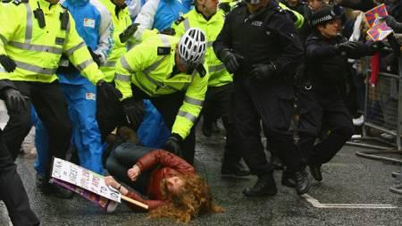 En demonstrant blir lagt i bakken av politiet i London. (Foto: AFP/SCANPIX)