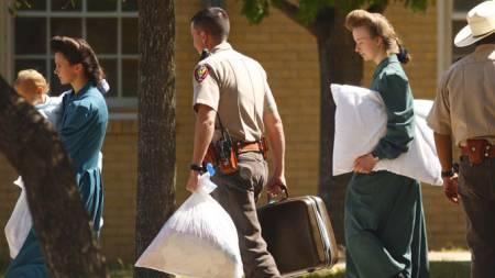 Sektmedlemmer i Texas blir hentet ut av politiet.  (Foto: AP/SCANPIX)