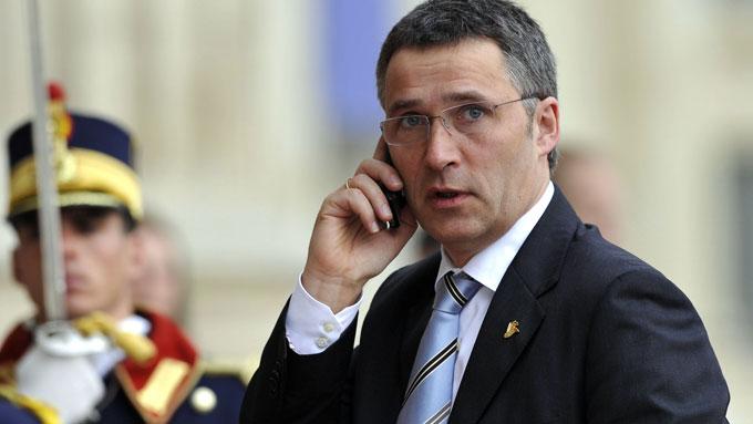 Jens Stoltenberg snakker i telefonen (Foto: AFP/SCANPIX)