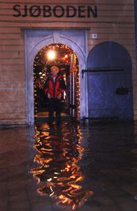Når Bryggen i Bergen oversvømmes skyldes det stormflo, ikke at havet stiger. (Foto: Marit Hommedal / SCANPIX)