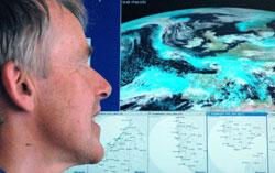 Roar Inge Hansen studerer skydekket over Europa.