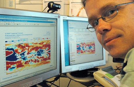 Olav Krogsæter studerer kartene som viser hvordan sommertemperaturen ser ut til å bli.  (Foto: Ronald Toppe)