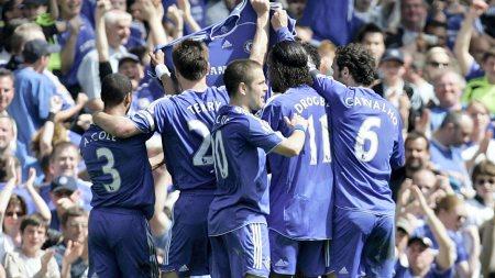 MARKERING: Chelsea spillerne hedrer Frank Lampards avdøde mor Pat Lampard.  (Foto: LEFTERIS PITARAKIS/AP)