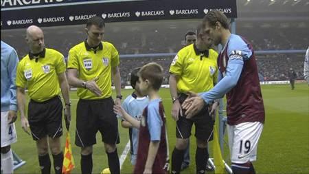 Maskoten til Aston Villa tok en Suarez og droppet å håndhilse på maskoten til Manchester City. Blir det bråk nå? (Foto: PLP/)