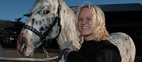 Reidun-med-hest-bonderomant (Foto: Beate Larsen)
