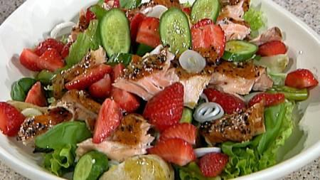 salat-med-ørret-og-jordbær (Foto: TV 2)