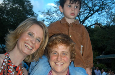 LYKKELIG: Cynthia Nixon med sin kjære Christine Marinoni og Cynthias sønn, Charles. (Foto: Scanpix)