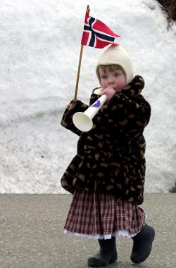 Snø på nasjonaldagen er ikke så uvanlig i nord. Her feirer Mathilde på Kvaløya i 2000. (Foto: Scanpix)