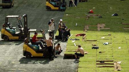 Nytt gress på Luzhniki Olympic Stadium  (Foto: Alexander Zemlianichenko/AP)