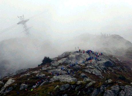 Opp til Ulriken i tåke i 2007. (Foto: Bergen Turlag)