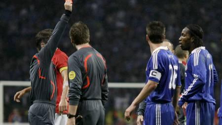 Didier Drogba vises ut i mesterligafinalen  (Foto: KAI PFAFFENBACH/SCANPIX)