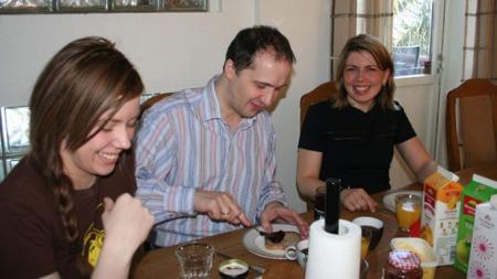 Jon Bertelsen med konene Annika og Suzanne (Foto: Camilla Helena Wernersen/NRK)