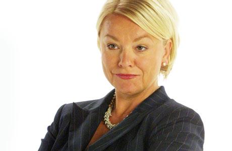 SKEPTISK: Det spørs hva Fru Anker-Hansen syns om at TV 2 Underholdning.no har sniki seg rundt i hjemmet hennes. (Foto: TV 2)