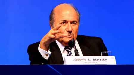 NYTT OVERGANGSYSTEM: Sepp Blatter og FIFA innfører et nytt elektronisk overgangsystem. (Foto: JENNY EVANS/EPA)