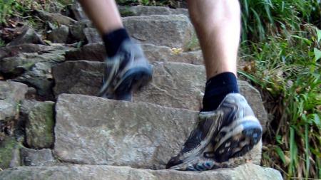 BRATT: Motbakkeløpet Stoltzekleiven Opp gir deg melkesyre og sviende lunger - og en sterk lykkefølelse på toppen! TV 2 Sporty gir vekk fem startnummer til årets løp, men du må være raskt ute, for det er stor rift om plassene. (Foto: Ronald Toppe)