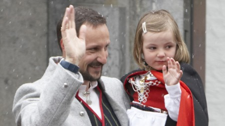 Kronprins Haakon og prinsesse Ingrid Alexandra hilser barnetoget på Skaugum i sludd 17. mai . (Foto: Cornelius Poppe / SCANPIX)