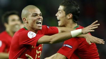 Pepe (L) celebrates his goal with team mate Cristiano Ronaldo portugal  (Foto: DENIS BALIBOUSE/REUTERS)