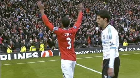 Patrice Evra jubler foran Luis Suarez etter Manchester United 2-1-seier over Liverpool. (Foto: PLP/)