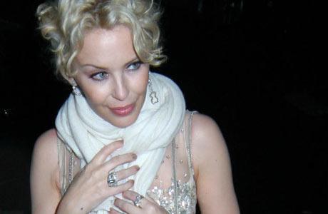 GALLA: Det er ingen grenser for hva man kan bruke skjerf til. Her har Kylie Minogue brukt et hvitt skjerf til en gallakjole. (Foto: Stella)