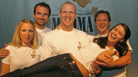 MAMA MIA: Heidi Gjermundsen Broch, Paul Ottar Haga, Nils Christian Fossdal, Heine Totland og Mari Lerberg Fossum spiller alle sentrale roller i den norske versjonen av Mama Mia. (Foto: Beate Larsen)