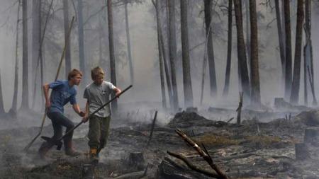 Jan Fredrik Veum (14) og Andreas Hagle (13) hjalp til med å slukke brannen i Råde i Østfold. (Foto: Cornelius Poppe / SCANPIX)