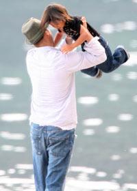 STRANDLIV: Brad Pitt og Pax koser seg på stranden.