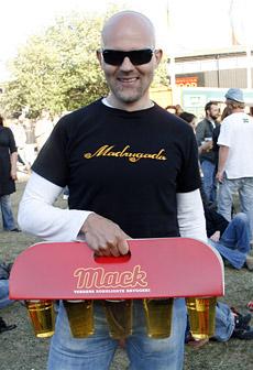 ENDELIG SOMMER: Sol, øl og festival. Det vet Jostein Pedersen å nyte.