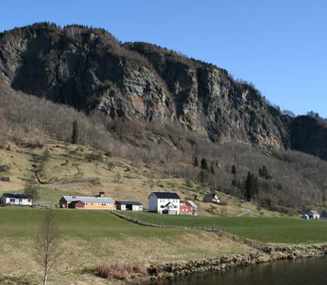 IDYLL: Silje bor idyllisk til ved både fjell, fjord og foss.   (Foto: Beate Larsen)