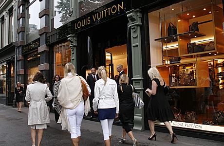 LV: Kvinnene var i flertall da Patrick Louis Vuitton besøkte butikken i Akersgata i Oslo. (Foto: Beate Larsen)