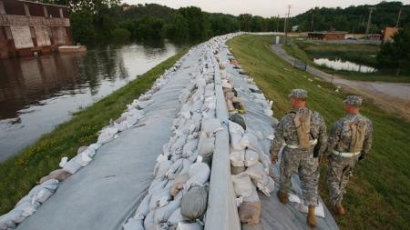 To soldater fra nasjonalgarden inspiserer levéene som er laget ved elvebredden i Clarksville, Missouri. (Foto: AFP/SCANPIX)