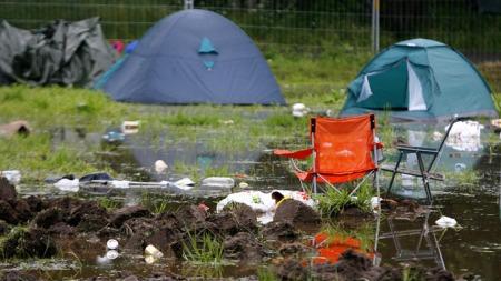 EVAKUERT: Vått på den evakuerte campen på Hovefestivalen onsdag 27/6 2007. (Foto: SCANPIX)