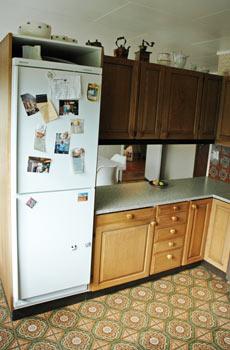 MISMATCH: Kjøkkenet var et virvar av bruntoner, mønstre og fliser da «Tid for hjem»-gjengen ankom.