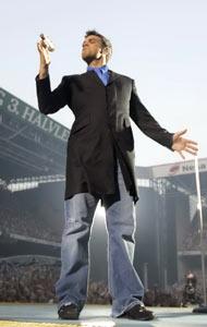 UTSOLGT: Robbie Williams slik vi kjenner han best, foran tusenvis av skrikende fans.