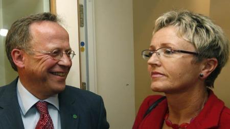Lars Peder Brekk og Liv Signe Navarsete på vei ut fra møte i Stortinget der senterpartiets stortingsgruppe hadde diskutert Åslaug Hagas avgang. (Foto: Terje Bendiksby / SCANPIX)