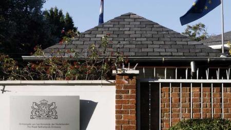 Dette er ambassaden hvor opposisjonslederen skal ha søkt tilflukt.   (Foto: REUTERS/SCANPIX)
