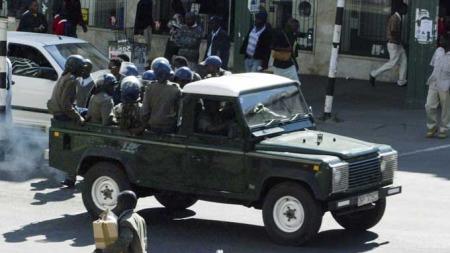 Politiet aksjonerte mot MDCs lokaler mandag. (Foto: REUTERS/SCANPIX)