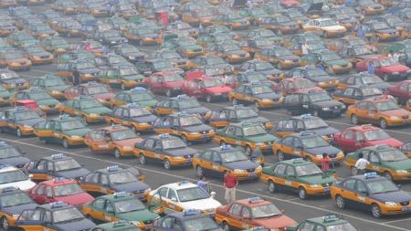 Taxier venter på tur utenfor flyplassen i Beijing. (Foto: AFP/SCANPIX, ©TEK/eba)