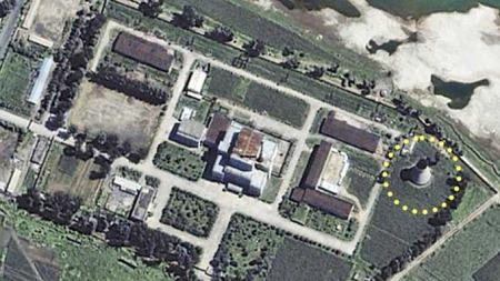 Her er atomreaktoranlegget i Yongbyon i Nord Korea. Kjøletårnets plassering er ringet inn. (Foto: Reuters/Scanpix)