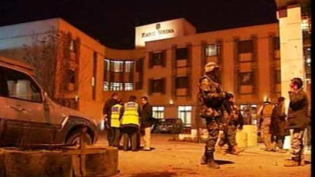 Utenfor Serena Hotel hvor Dagbladet-journalisten Carsten Thomassen   ble drept i et attentat mot hotellet. Nå blir pakistansk etterretningstjeneste   beskyldt for angrepet. (Foto: TV 2)