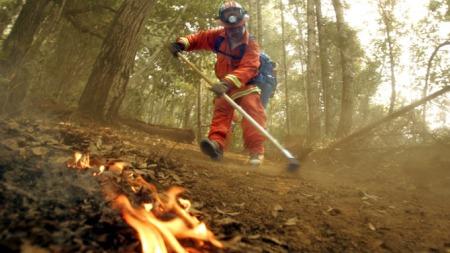 Brannmann kjemper mot skogbrann i California. (Foto: AP/SCANPIX)