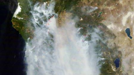 Satelittbilde viser Sacramento-dalen i California er dekket av røyk.  (Foto: AP/SCANPIX)