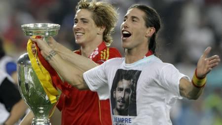 HYLLET VENNEN: Sergio Ramos og Fernando Torres med den forgjettede EM-pokalen.  (Foto: Frank Augstein/AP)