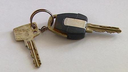 NØKKELFUNN: Mannen hadde disse nøklene i lommene da han ble funnet. (Foto: Dansk TV 2)