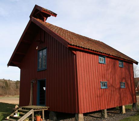 STABBUR: På gården finnes også et stort stabbur som familien   bruker til diverse formål. (Foto: Beate Larsen)