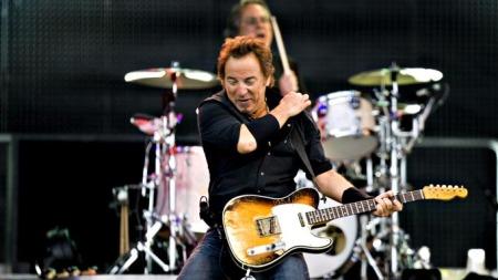STORFORM: Bruce Springsteen gir alt foran fansen på Valle Hovin. (Foto: Sara Johannessen / SCANPIX)